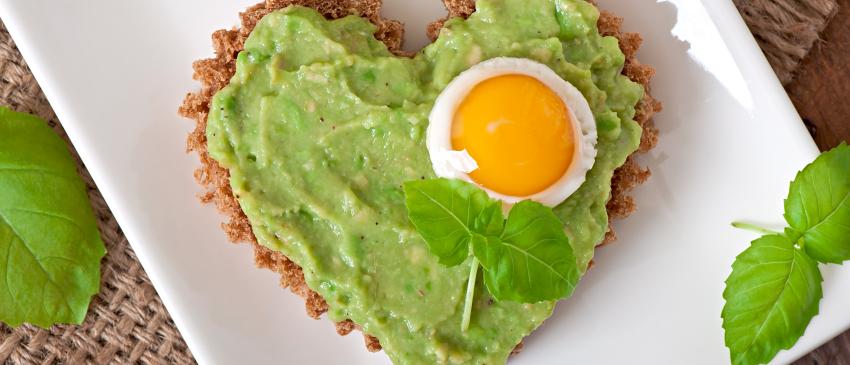 Zelfgebakken koolhydraatarm brood met avocado en ei